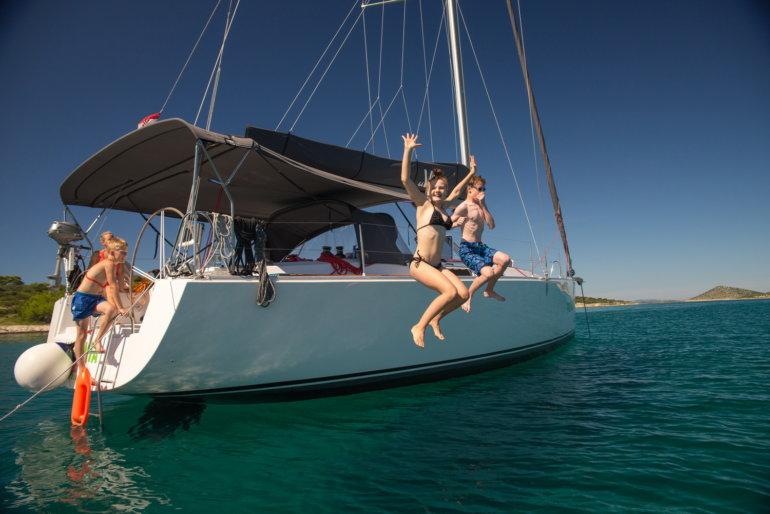 velero en croacia para una semana disfrutando de las islas croatas