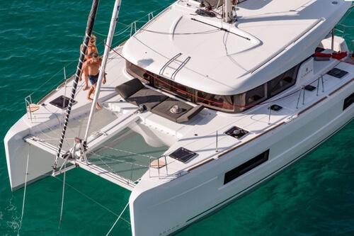 Esterior-catamaran-lagoon-42-pies-2021-alquiler-velero-croacia